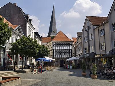 Der Untermarkt in der Stadt Hattingen im Ruhrgebiet. Zentrales Denkmal ist hier das alte Rathaus