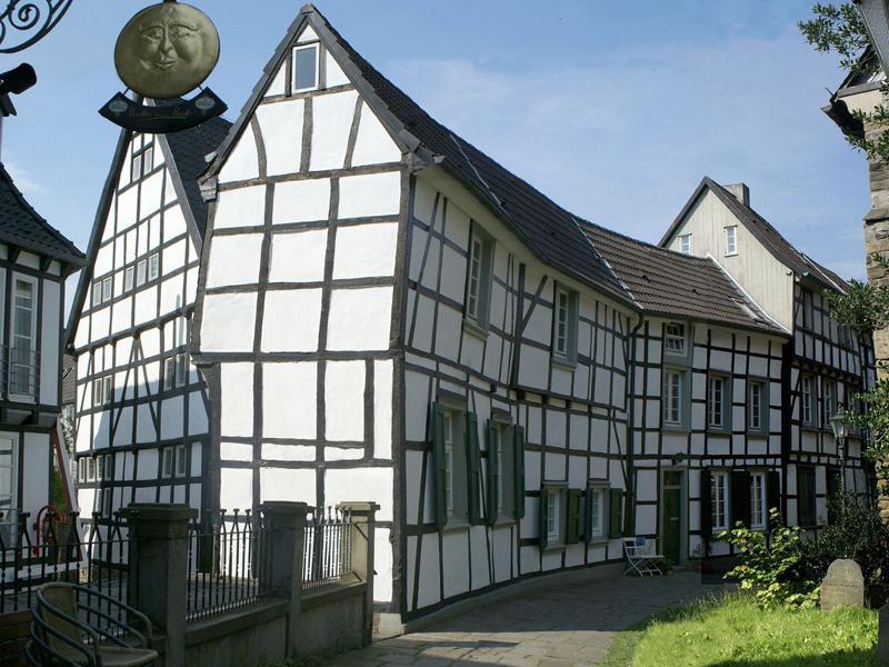 Ferienwohnungen Sidun - Hattingen / Häuserzeile auf dem Kirchplatz der Georgskirche